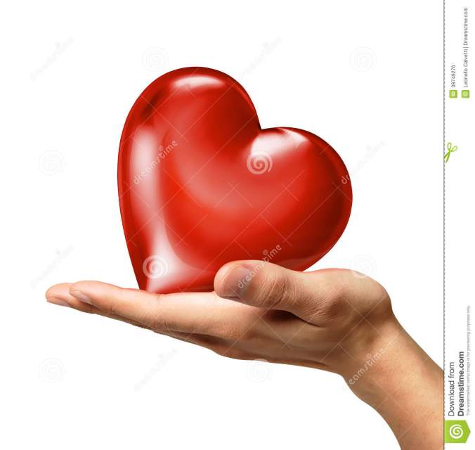 la-mano-del-hombre-que-lleva-cabo-un-corazón-en-la-palma-vista-de-un-lado-38749276.jpg